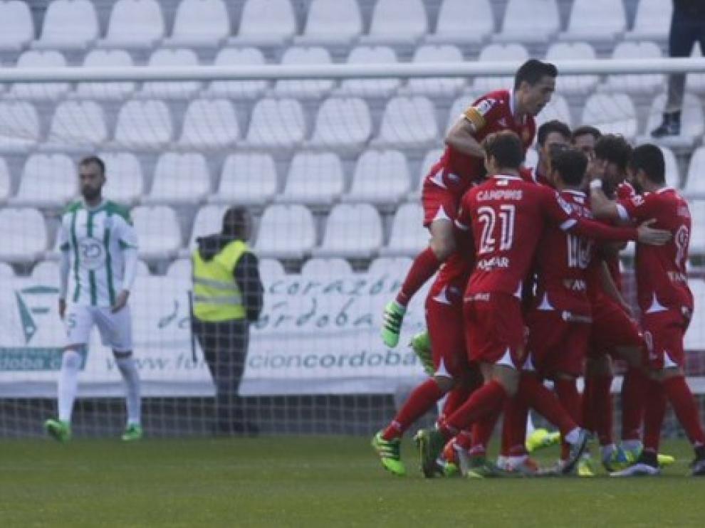 Los jugadores zaragocistas celebran uno de los tantos en El Arcángel