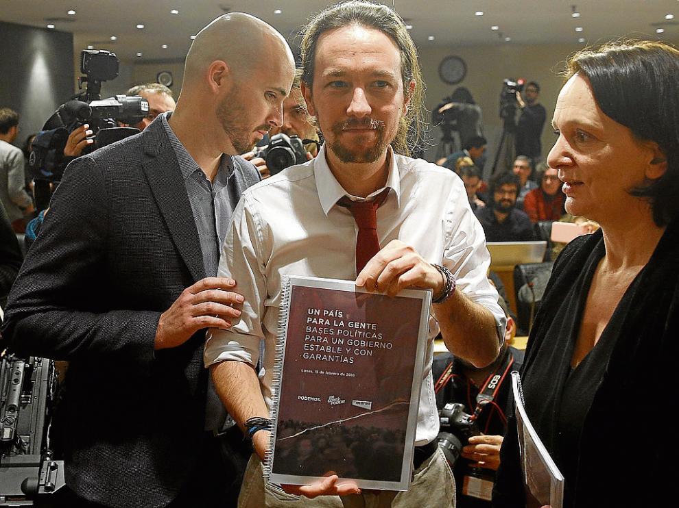 Pablo Iglesias, entre Ignacio Álvarez y Carolina Bescansa, ayer con su propuesta de pacto.