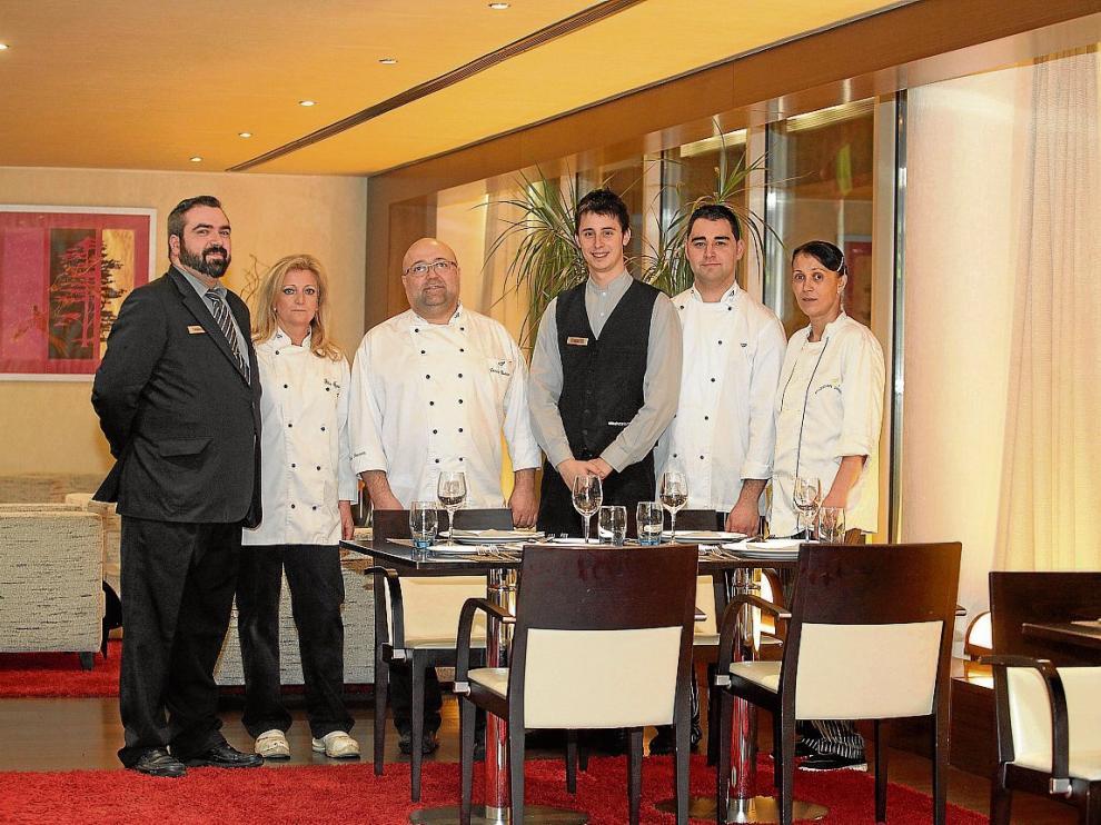 El chef Darío Bueno, en el centro, con el equipo del restaurante del hotel Abba de Huesca.