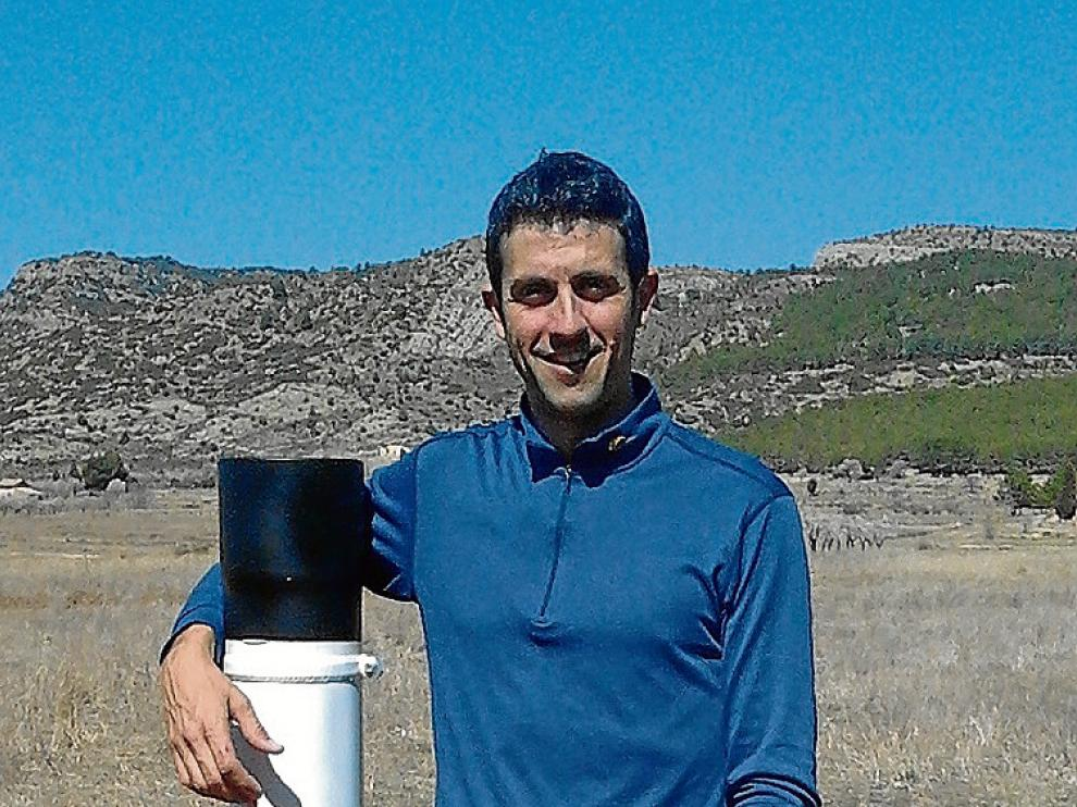 Nacho Ibáñez, con uno de sus pluviómetros en Rubielos de Mora.