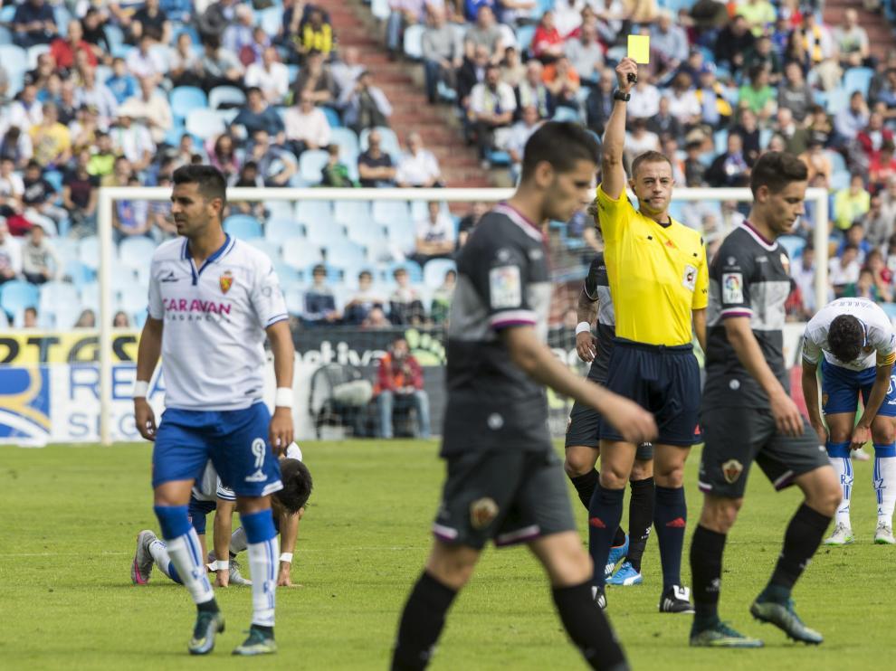 Eiriz Mata, en su estreno en La Romareda en el Real Zaragoza-Elche, muestra enérgicamente una tarjeta amarilla a un jugador ilicitano.