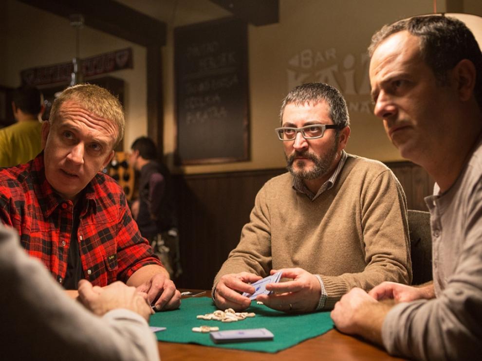 Gorka Aguinagalde, en el centro, es Koldo en la serie 'Allí abajo' de Antena 3.
