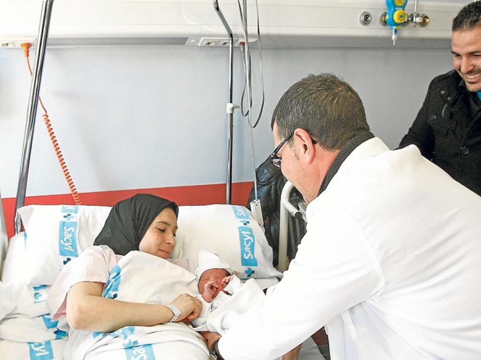 Nizar, de padres marroquíes, fue el primer bebé nacido en Soria durante este años 2016.