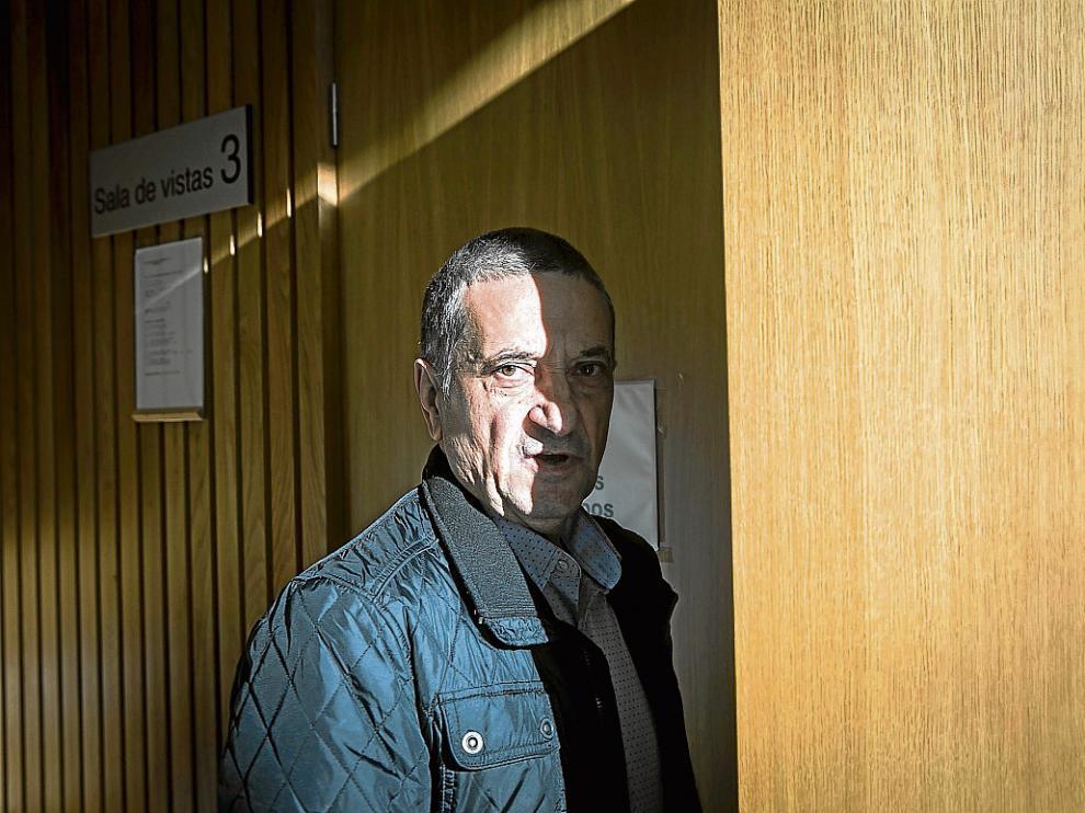 Antonio L. M., ayer, en la Audiencia Provincial de Zaragoza poco antes de comenzar el juicio.
