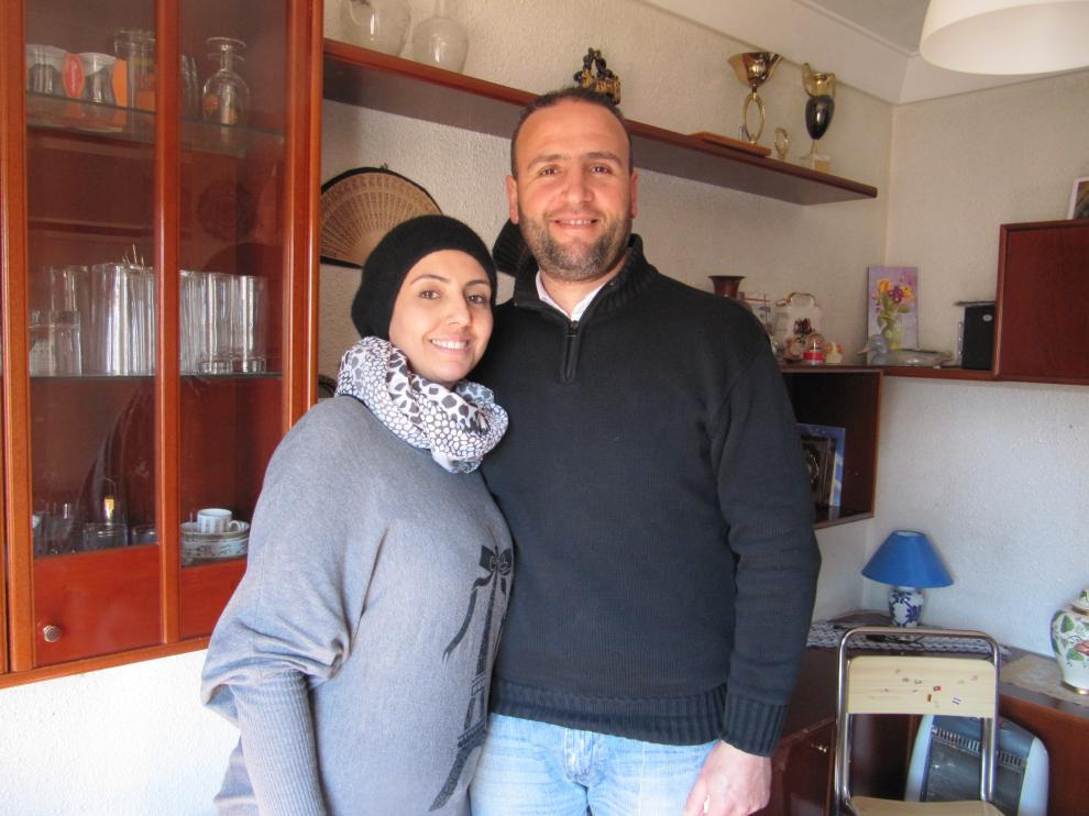 Batoul y Fawaz, refugiados sirios, en su casa de Zaragoza