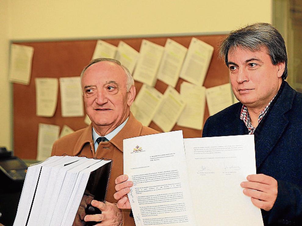 El presidente Policarpo Sánchez –derecha– y el secretario José Luis Ingelmo, entregaron ayer las firmas en la subdelegación de Salamanca.
