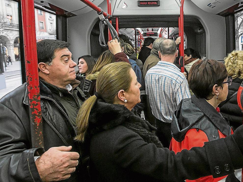 Los autobuses como el de la línea 35 –en la imagen– viajan completamente llenos durante el horario de la huelga.