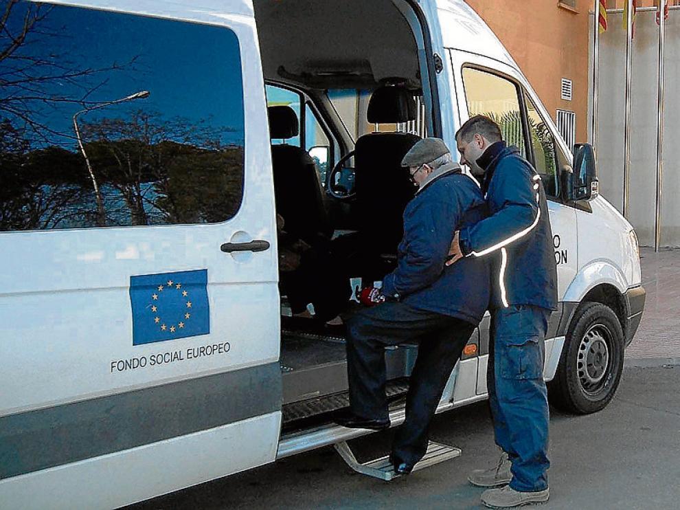 El transporte social adaptado es una de las competencias que prestan las comarcas.