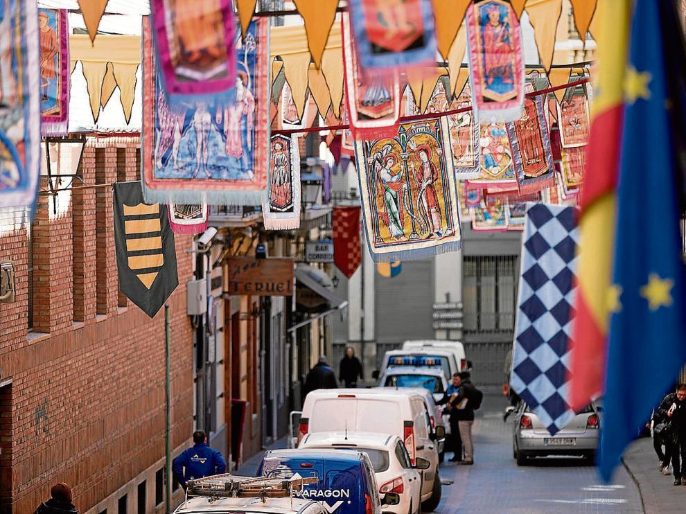 Numerosos pendones y estandartes ya decoran las calles del Casco Histórico de Teruel.