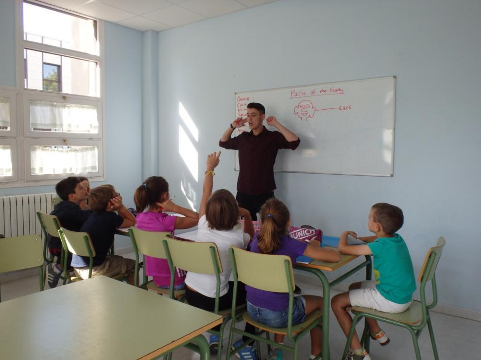 Un profesor da clase.