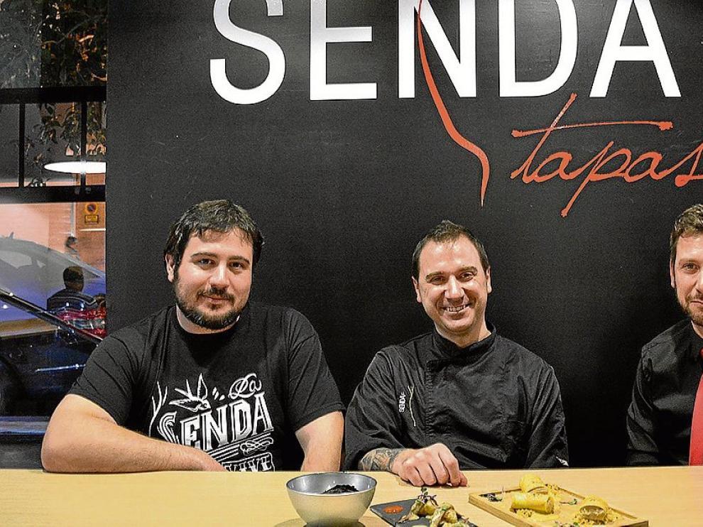Hermenegildo Mateo, David Baldrich y Óscar Baldrich, en La Senda Tapas el día de la apertura.