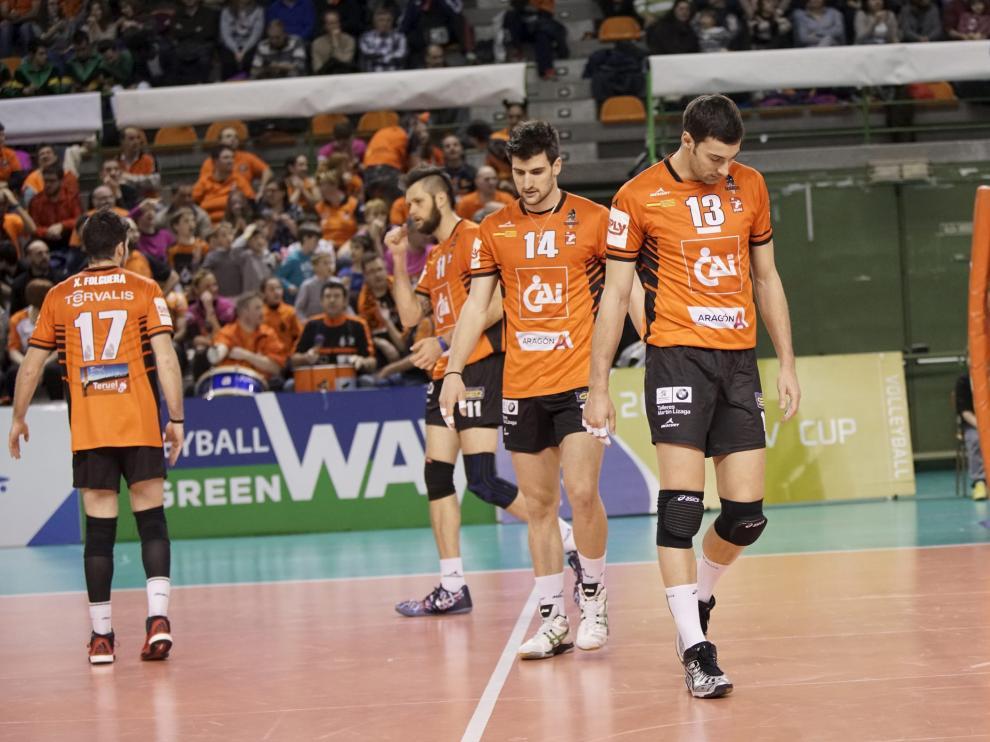 Los jugadores del Cai Teruel en la cancha de Los planos.