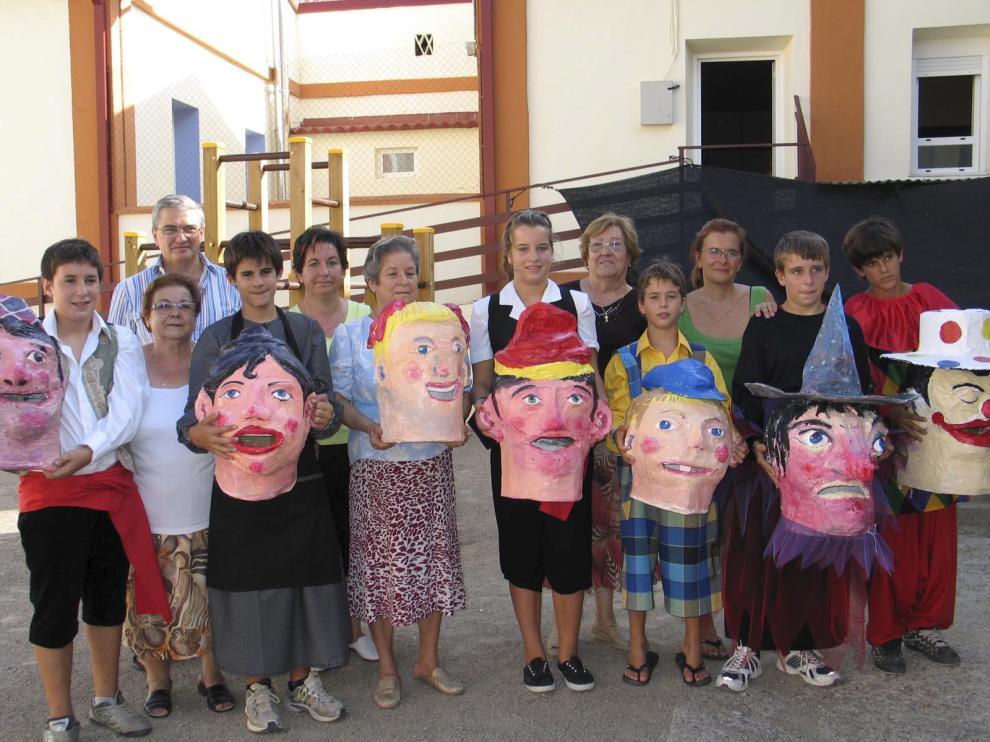 El artista Fernando Alvira, con participantes en los talleres de creación de los cabezudos.