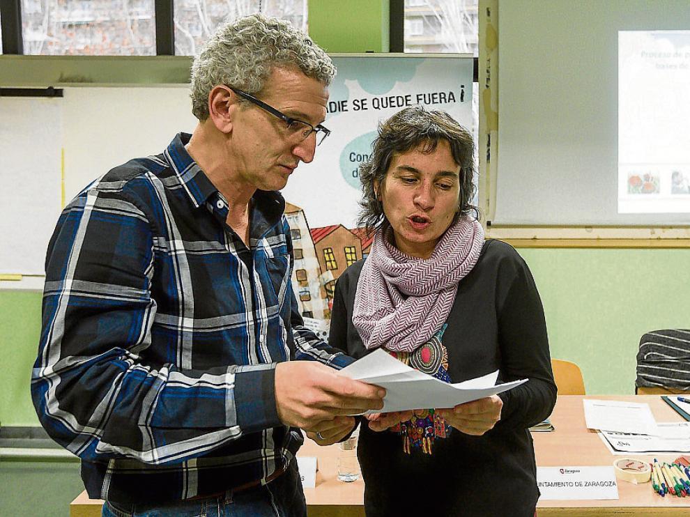 La concejal de Derechos Sociales, Luisa Broto, junto a su coordinador, Nacho Celaya.