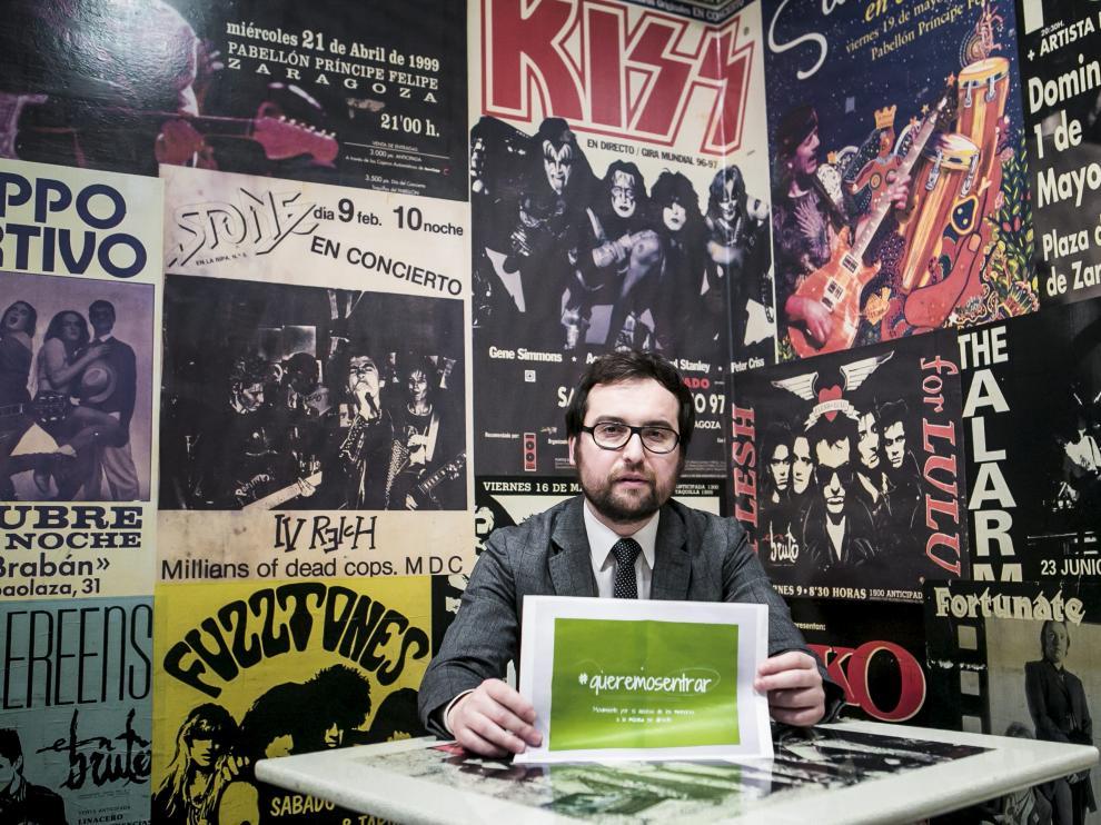 Ignacio Pascual, rodeado de carteles de conciertos, en el Linacero Café de Zaragoza
