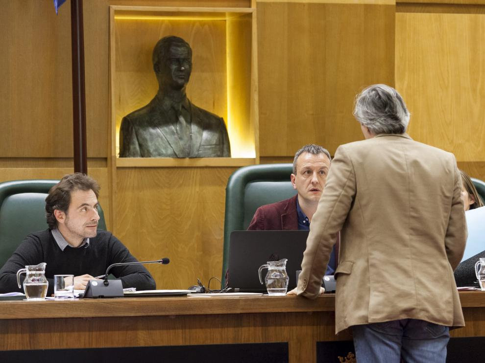 El concejal de Economía, Fernando Rivarés, dialoga con el edil popular Jorge Azcón.