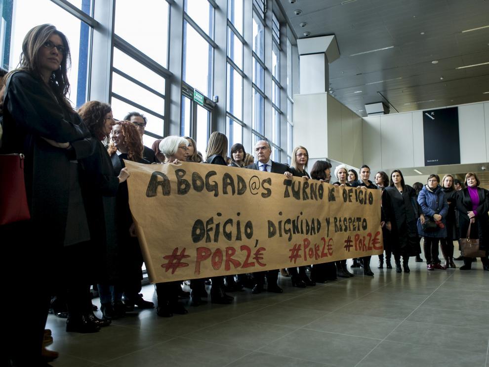 Los letrados zaragozanos se concentraron en los pasillos de la Ciudad de la Justicia.