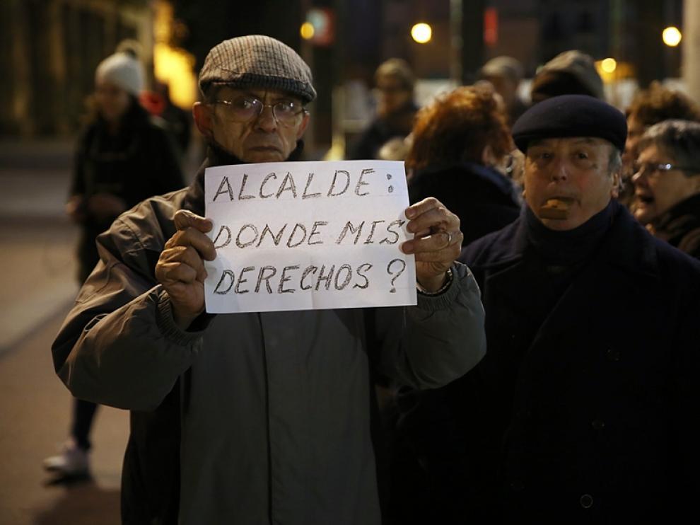 Decenas de personas se concentran contra la huelga de autobuses