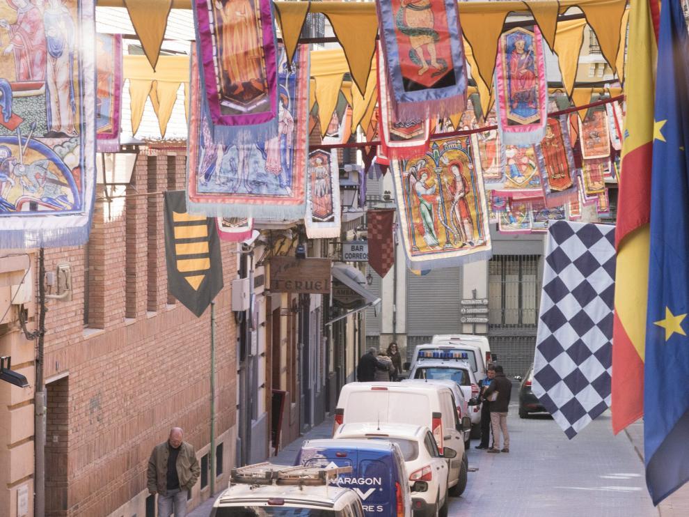 La calles de Teruel ya lucen decoradas con banderas.
