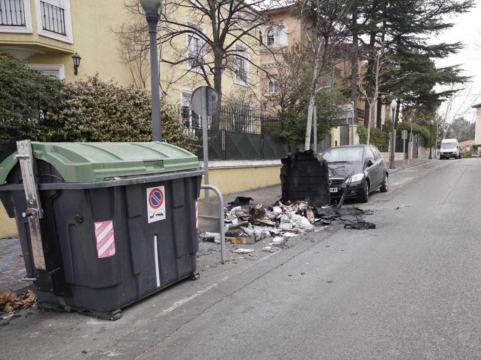Operarios de los servicios municipales trabajaban para eliminar del suelo el material plástico.