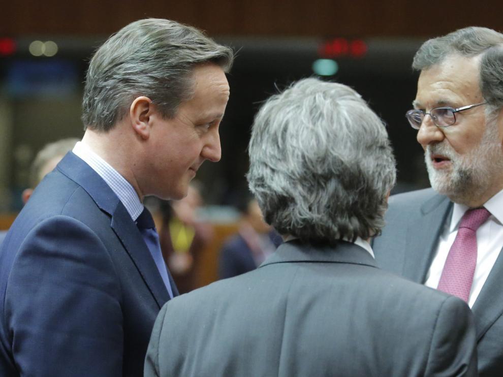 Mariano Rajoy hablando con David Cameron en Bruselas.