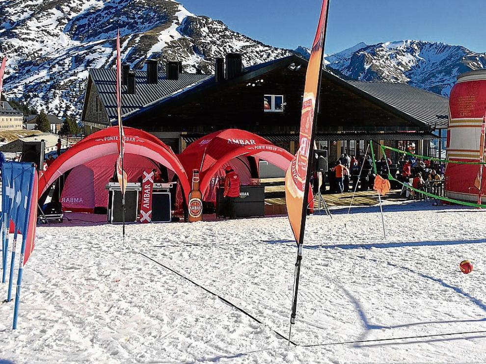 Candanchú sustituye los esquís por la red y el balón de voleibol.