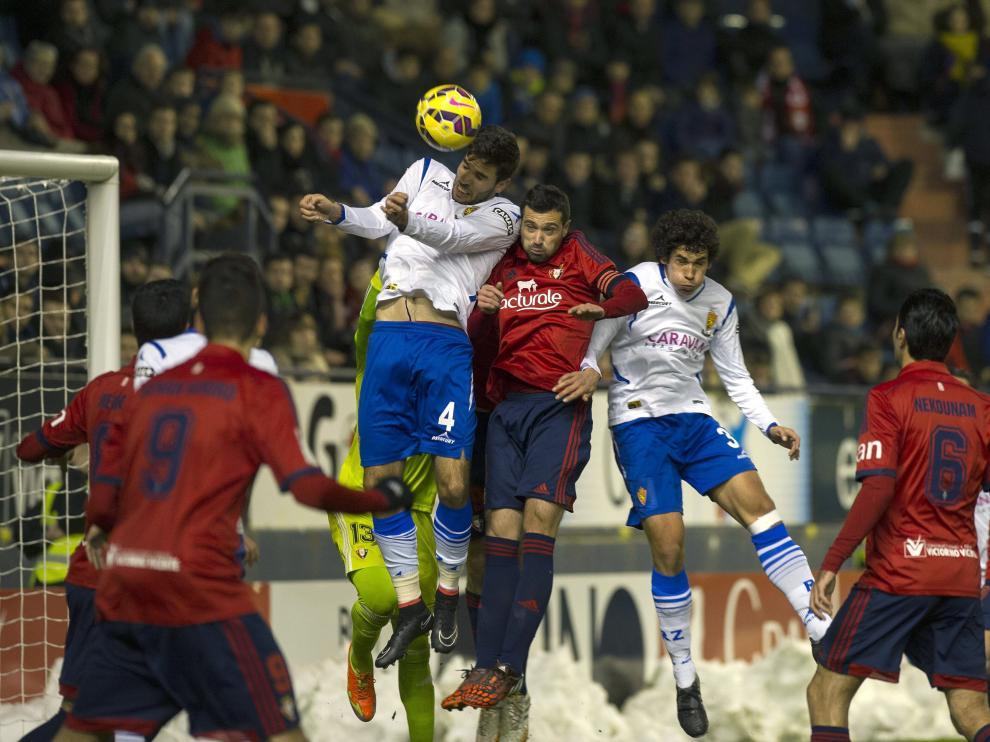 Cabrera y Vallejo defienden un córner en el último partido del Real Zaragoza en Pamplona