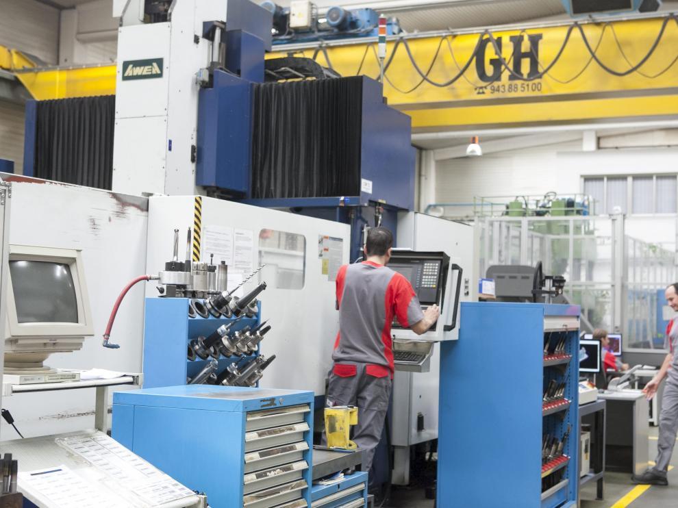 Unos operarios trabajan en las instalaciones de Moldes Cereza, en el polígono Malpica.