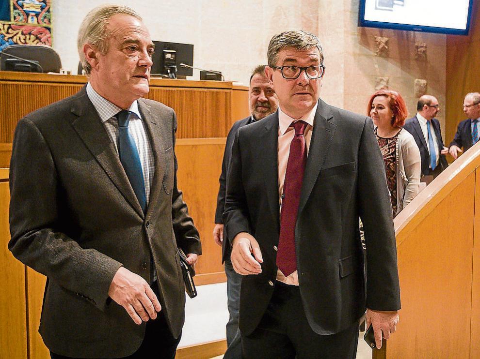 El portavoz socialista, Javier Sada, y el consejero de Presidencia, Vicente Guillén, ayer en las Cortes.