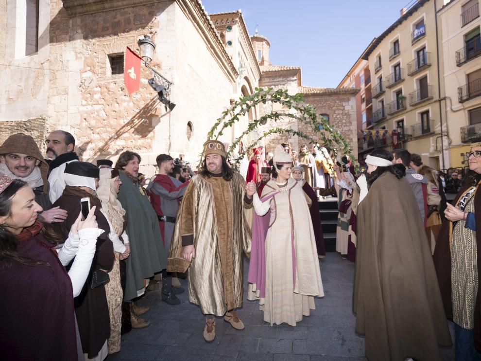 Pedro de Azagra e Isabel de Segura, tras la escenificación de la boda ante la Catedral.
