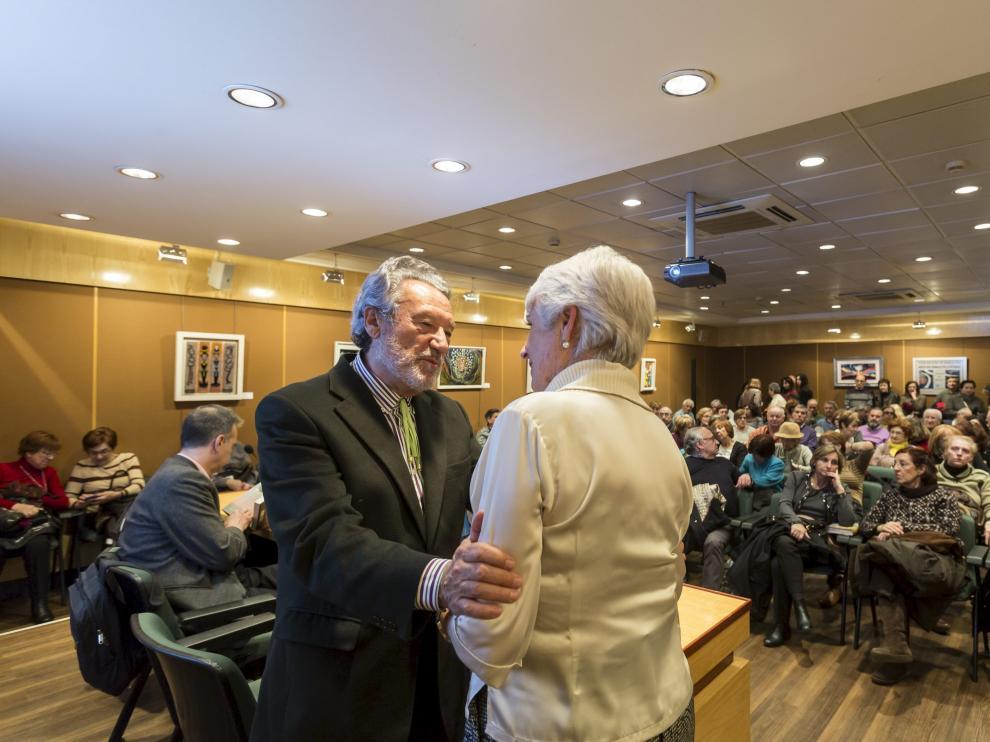 Luis del Val saluda a una seguidora en la presentación del libro.