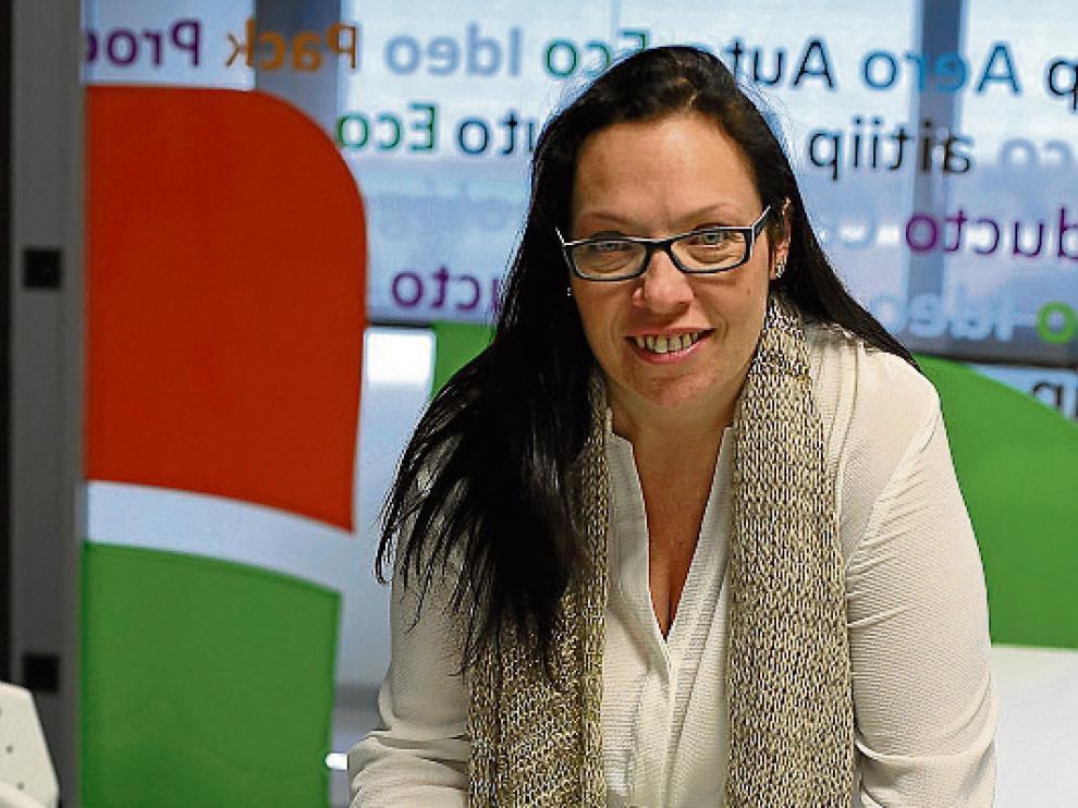 Berta Gonzalvo, coordinadora del proyecto europeo, con los prototipos de bioplástico en la sede de Aitiip Centro Tecnológico de Zaragoza.