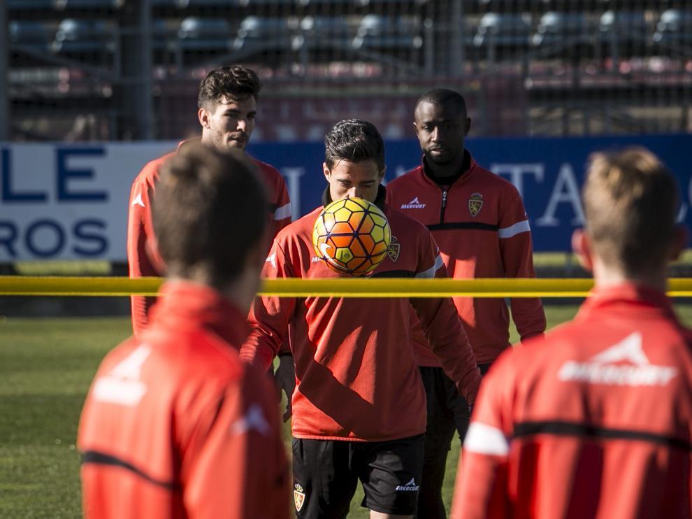 Pedro se dispone a golpear el balón ante la mirada de Cabrera y Diamanka.