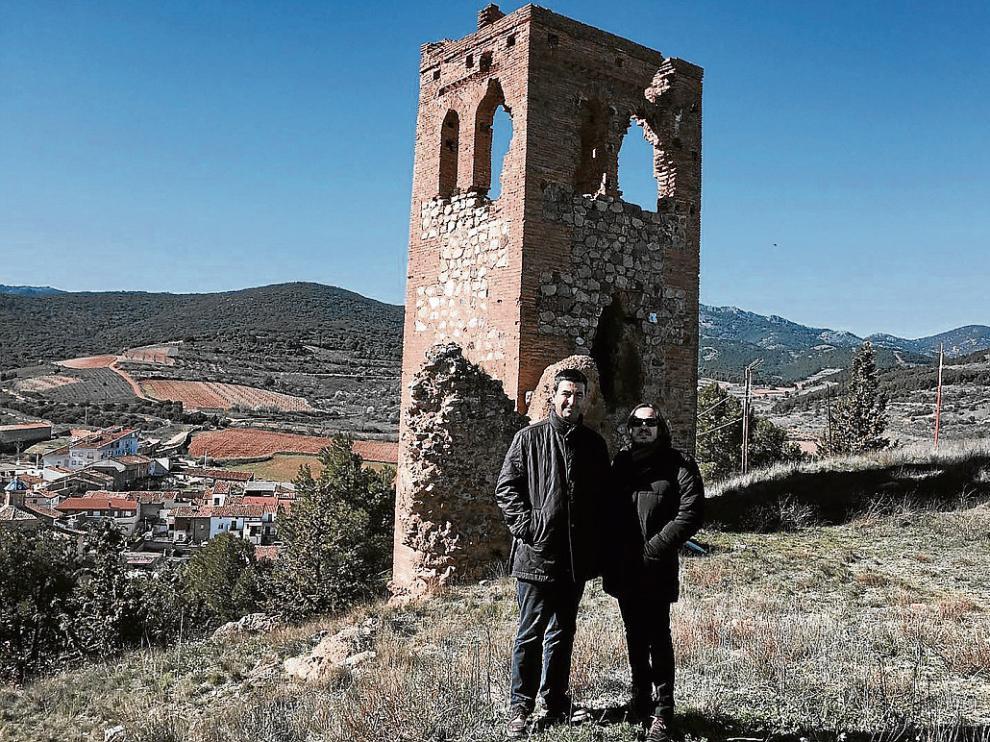 El alcalde de Cosuenda, Óscar Lorente, con el director general de Cultura, Nacho Escuín, en La Lisalta.