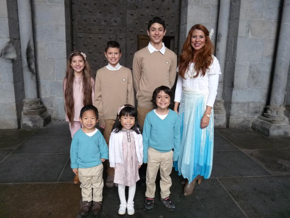 Jessica Duarte Zaragoza, con sus seis hijos ante la catedral de Jaca.