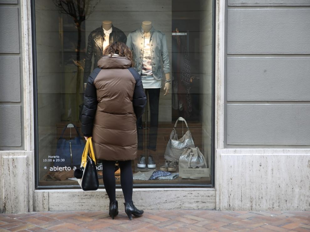 Muchos pequeños comercios textiles continúan las rebajas en sus prendas de invierno para dar paso a la colección de primavera que ya luce en sus escaparates