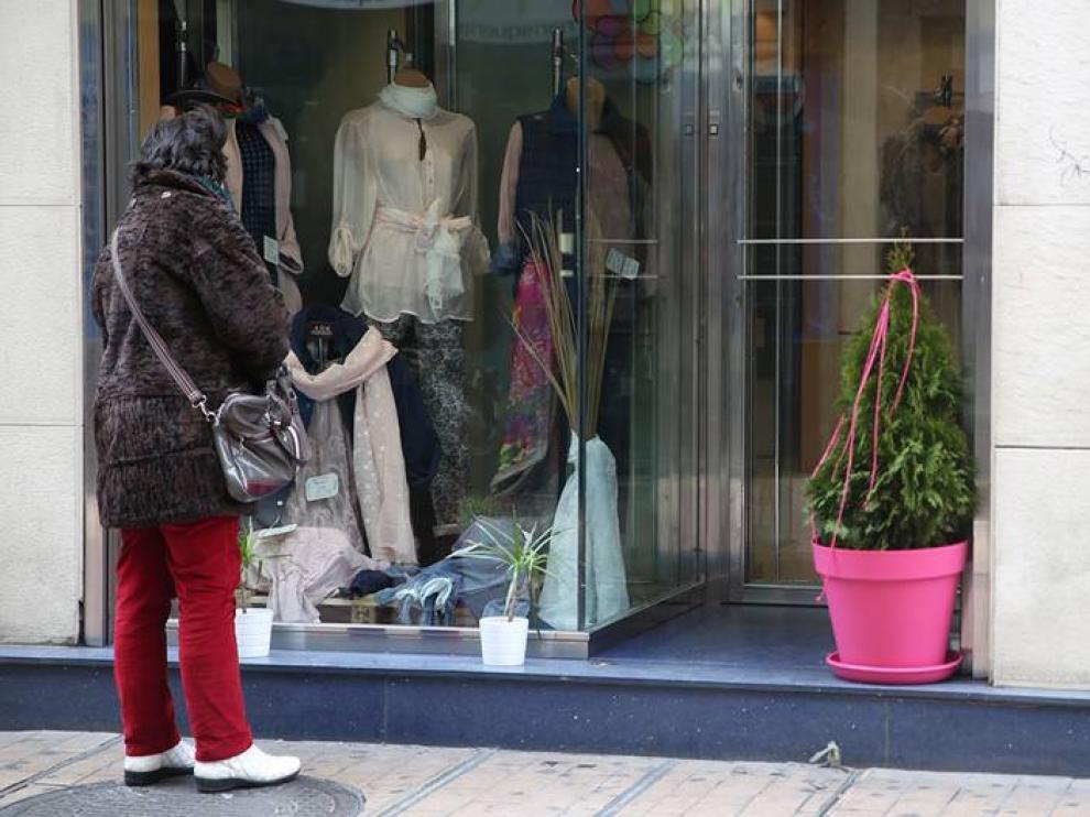 Los escaparates empiezan a lucir prendas de primavera.