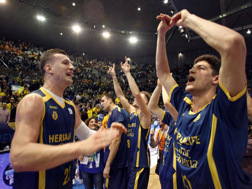 Jugadores del Herbalife Gran Canaria celebran el triunfo.