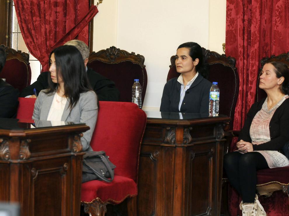 Las tres acusadas, Monserrat González (d), autora confesa de crimen de la presidenta de la Diputación de León, Isabel Carrasco, su hija, Triana Martínez (2d), y la policía local Raquel Gago (i), en la lectura del veredicto.