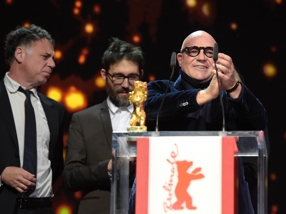 Gianfranco Rosi al recoger el Oso de Oro.