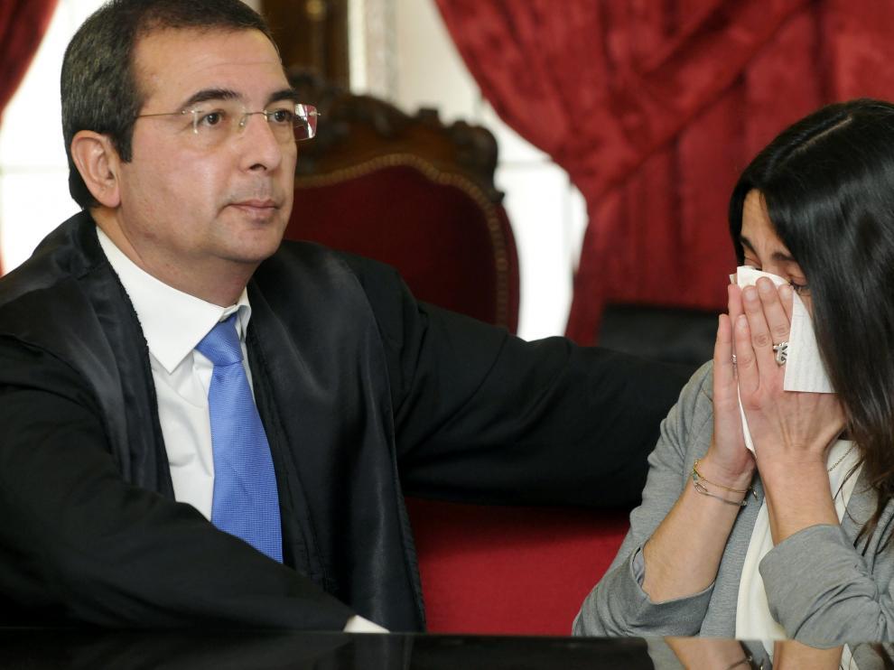 Raquel Gago junto a su abogado al conocer el veredicto.