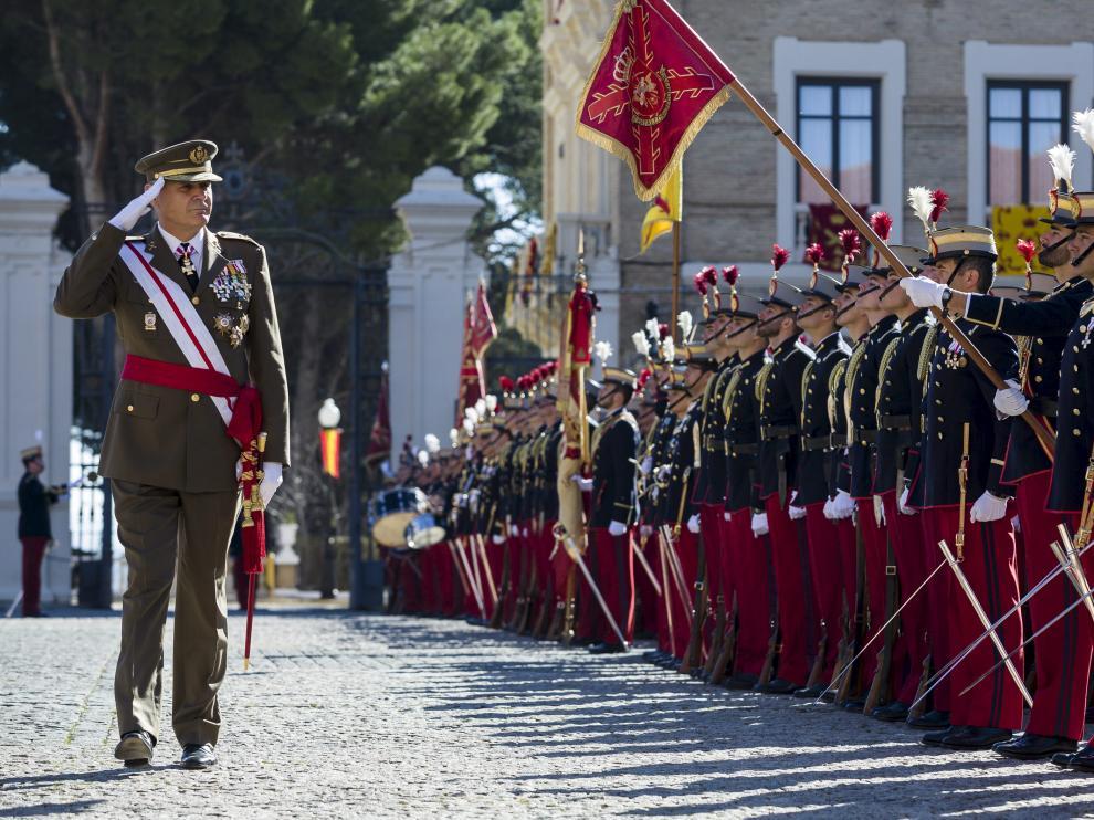 El general Jerónimo de Gregorio pasa revista a los cadetes de la Academia en su despedida.