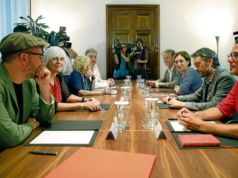 En la imagen, tomada el pasado 4 de septiembre en el Ayuntamiento de Barcelona, se ve a los ocho autodenominados alcaldes 'del cambio', entre ellos Pedro Santisteve (al fondo, a la derecha), junto a Ada Colau, anfitriona del encuentro.