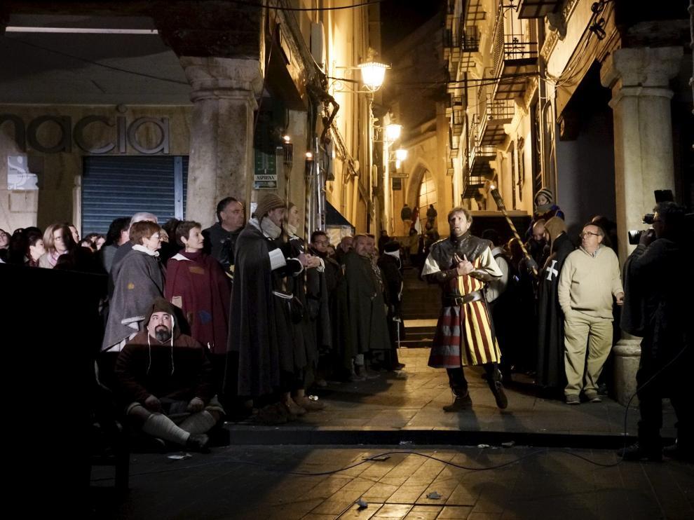 El personaje de Diego de Marcilla, en el centro, momentos antes de morir de amor tras negarle Isabel un beso.