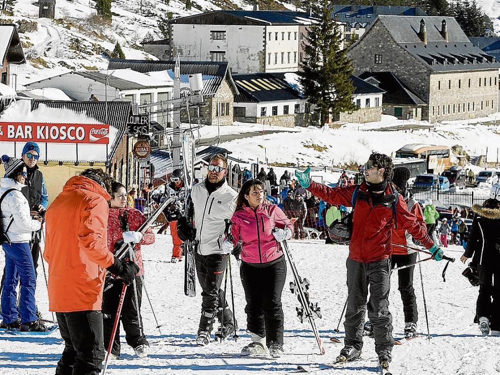 Los esquiadores que eligieron Candanchú vivieron una excelente mañana de esquí por el sol y el estado de la nieve.
