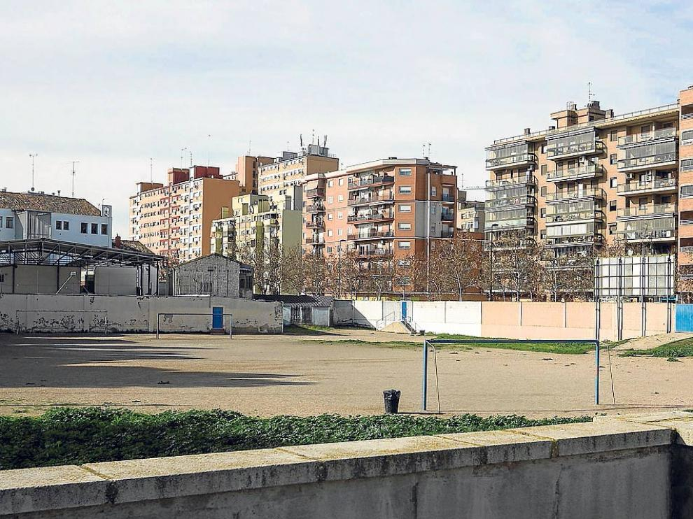 El solar, con el colegio al fondo. A la derecha, tras el muro, queda la avenida de Cataluña.