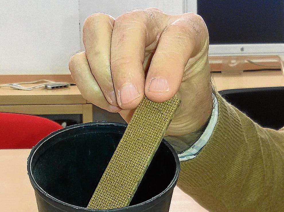 Las ovitrampas son vasos que se colocan con agua y con una tabla porosa húmeda.