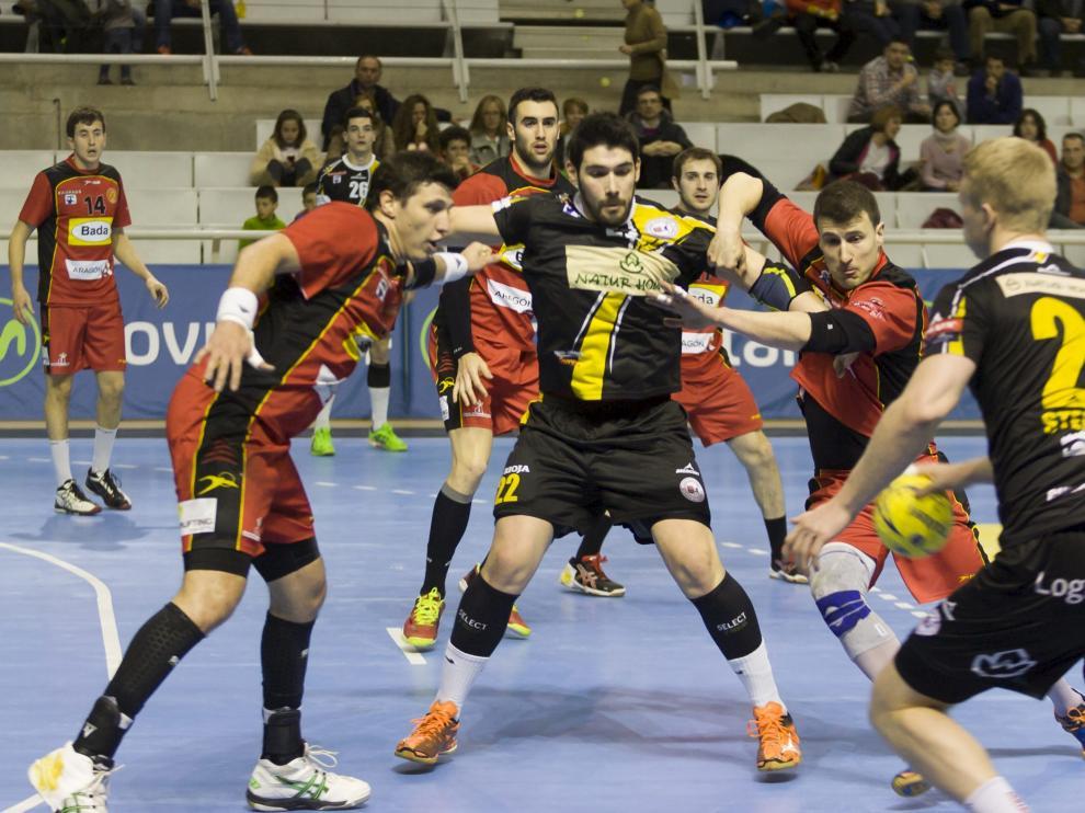 Los jugadores del Bada Huesca defienden durante una jugada del partido.