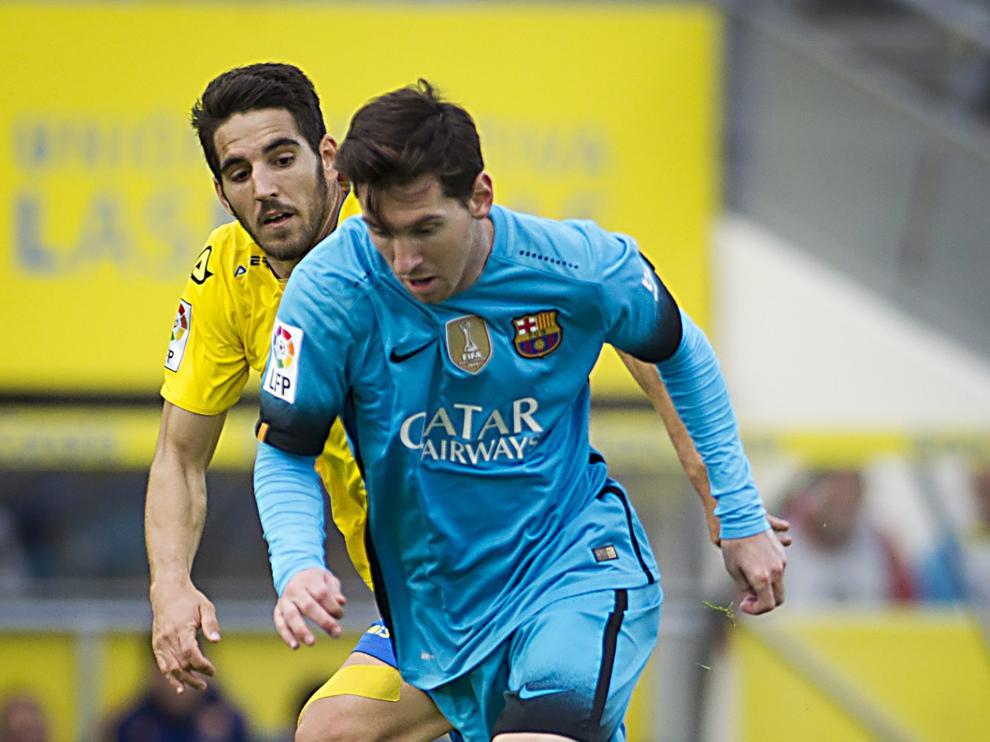 Messi disputa el balón durante una jugada del encuentro.