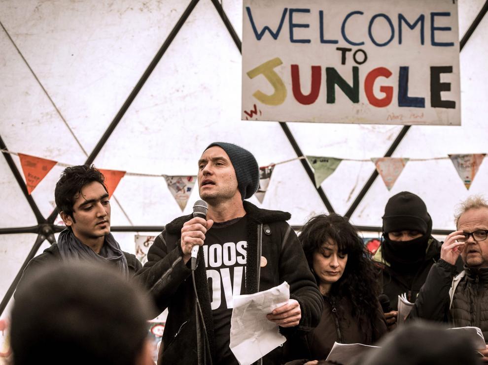 """El actor Jude Law ofreció un discurso transmitido en varios idiomas para presionar al Gobierno a favor del cierre de """"La Jungla""""."""